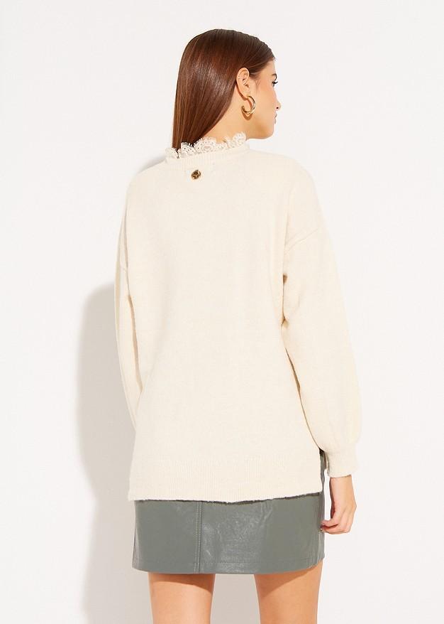 Пуловер с дантела