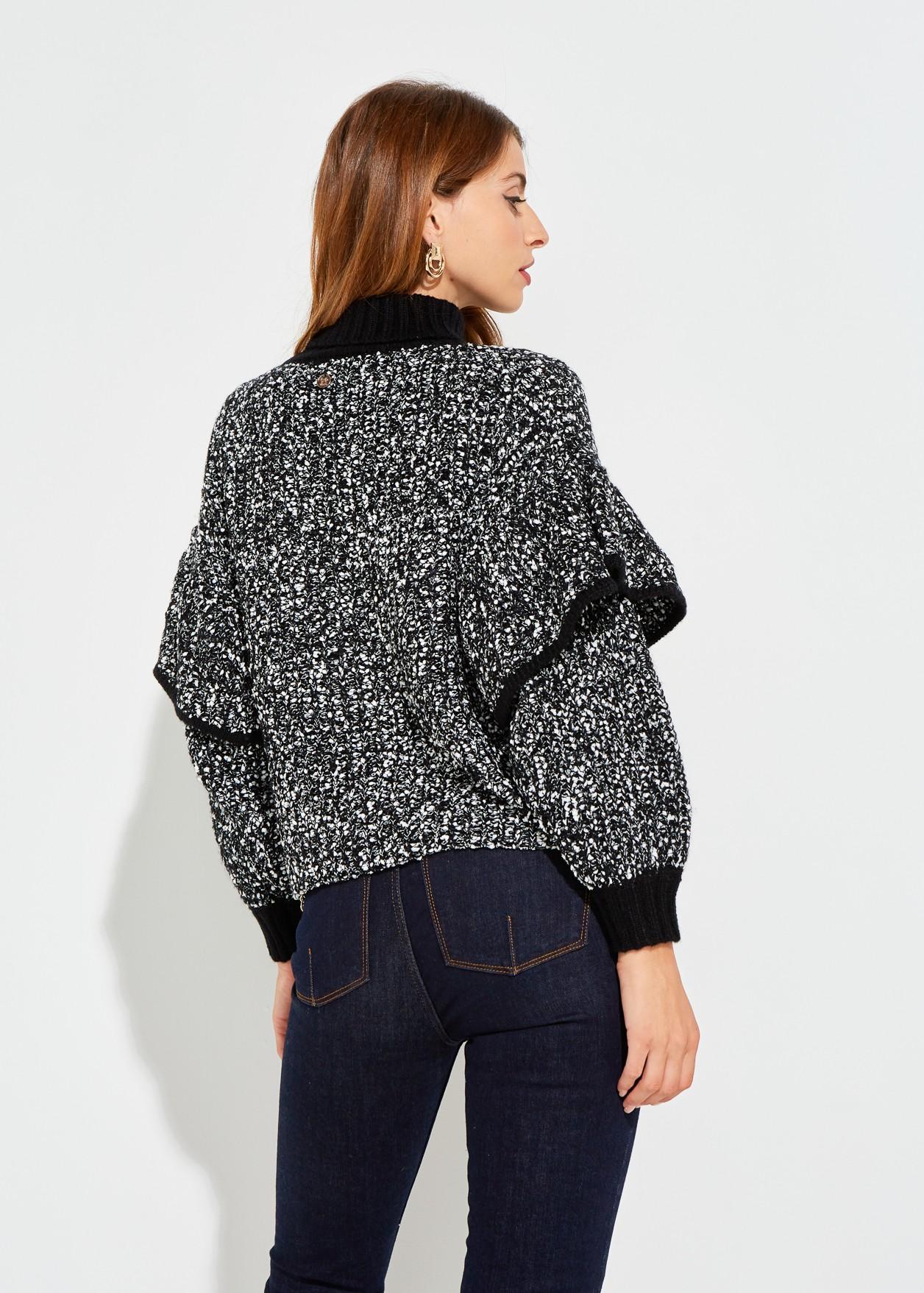 Пуловер с волан