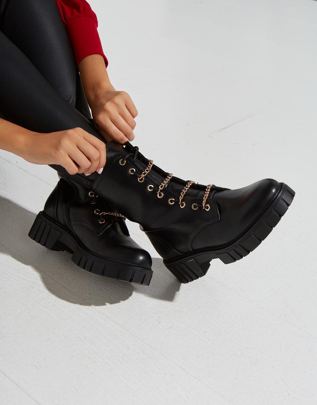 Biker boots με αλυσίδες.